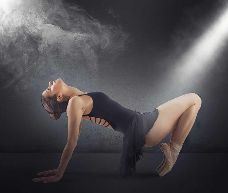 烟雾下跳舞的创意女孩