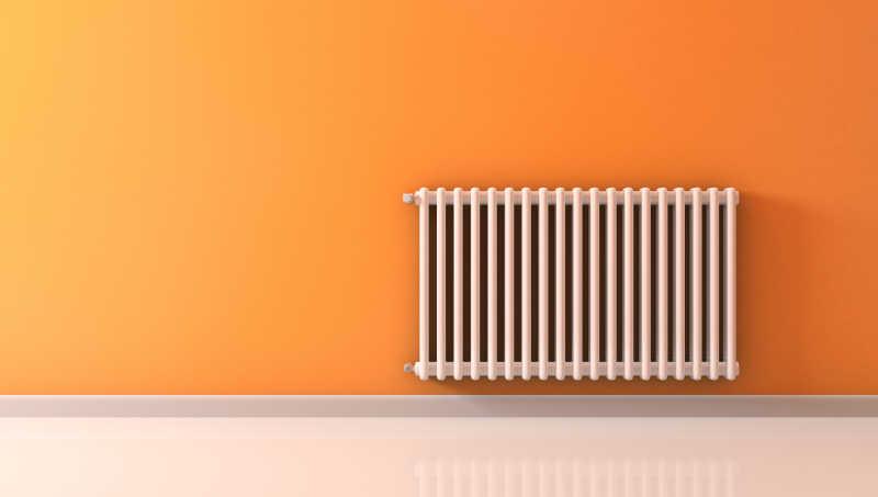 橘色墙壁上的散热器