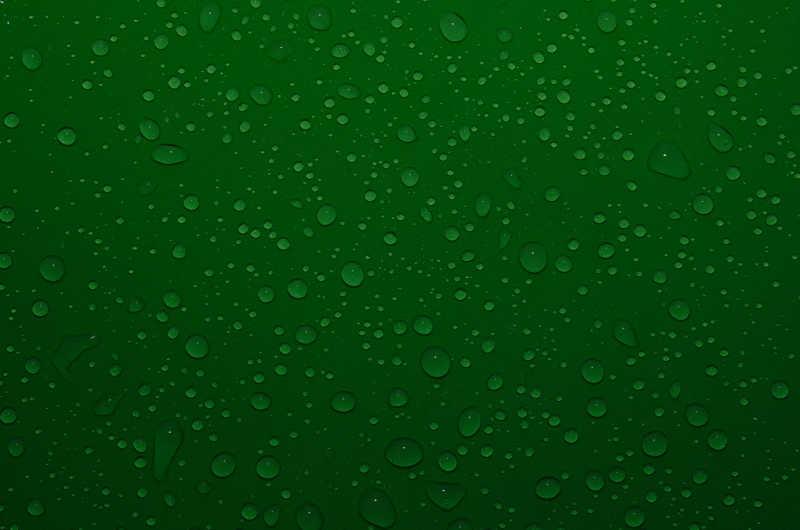 墨绿色的透明水滴