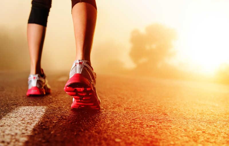 跑鞋在公路上的特写