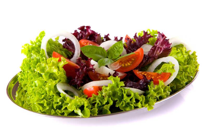 白色背景下餐盘里美味的蔬菜沙拉