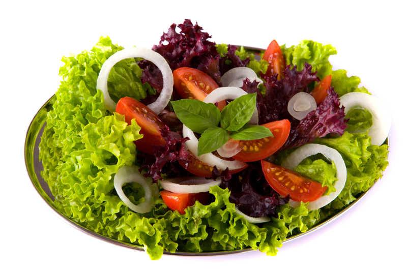 白色背景下新鲜美味的番茄洋葱生菜沙拉