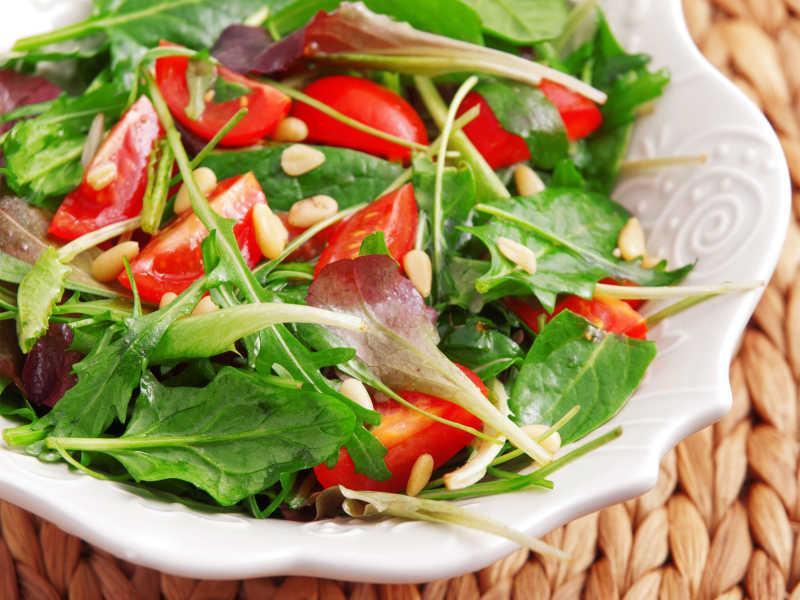 白色瓷碗里的小番茄绿色蔬菜沙拉