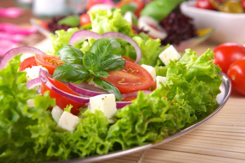 木桌上新鲜的西红柿生菜沙拉特写