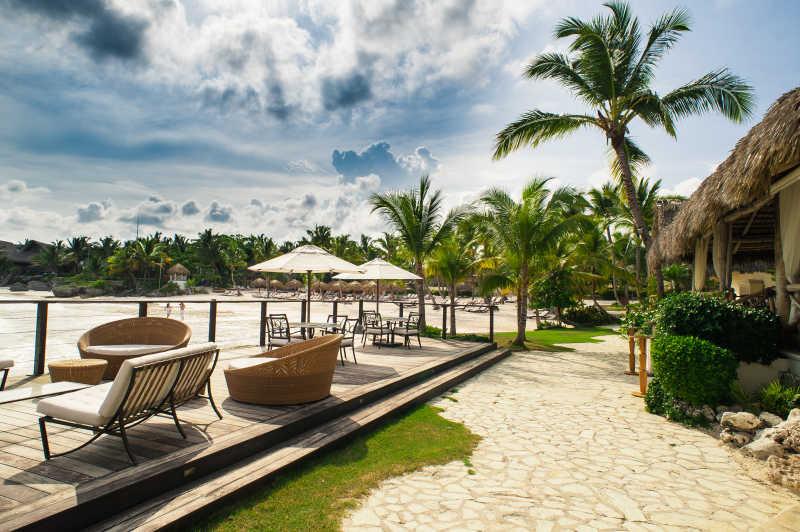风景宜人的热带户外餐厅