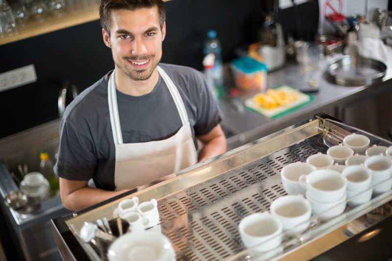 咖啡师的年轻男咖啡师