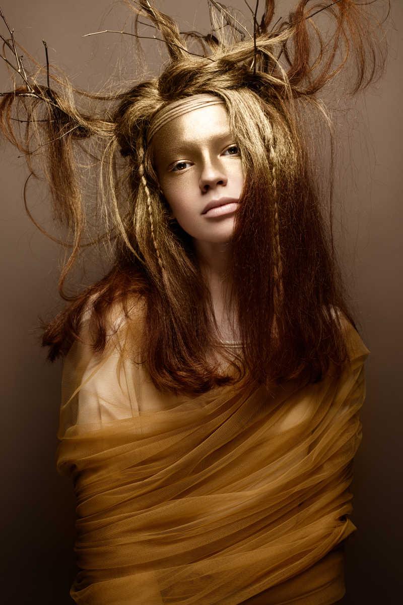 金色树枝艺术造型美女