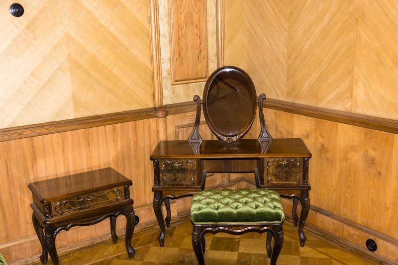 浅黄色室内背景下的棕色的中式化妆台
