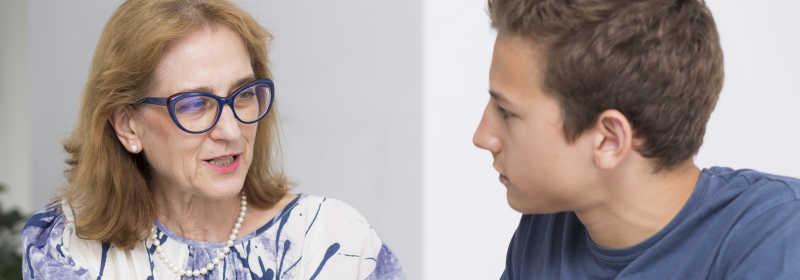 白色背景下女心理治疗师与她十几岁的病人坐在一起谈话