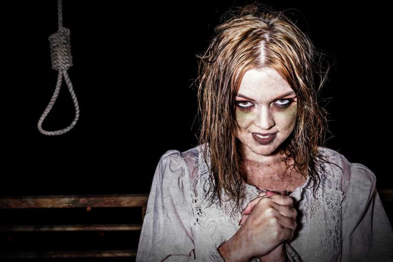 恐怖的美女