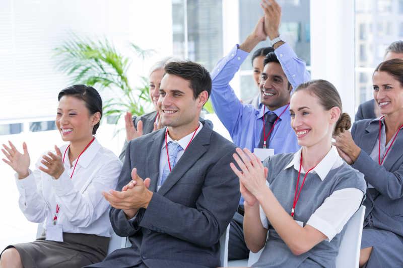 一群在鼓掌的上班族
