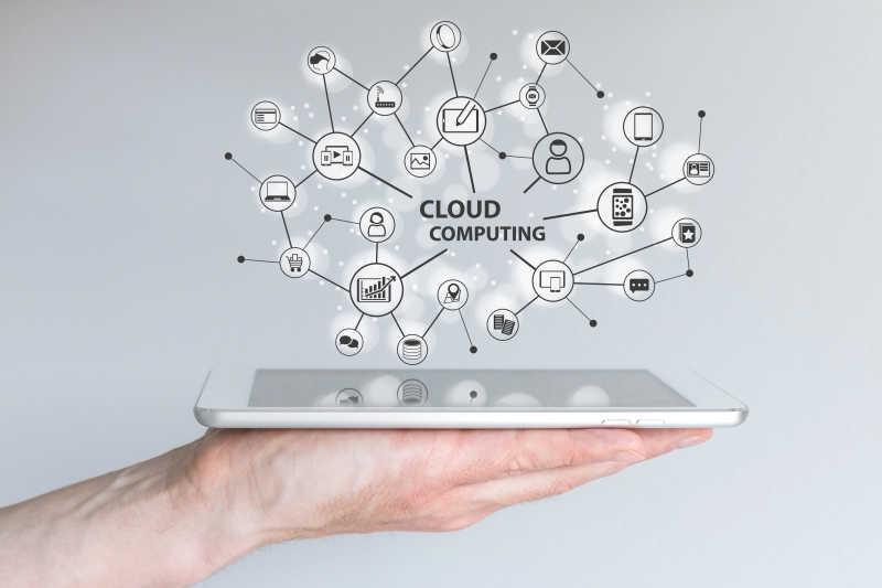 手持平板的云计算概念图