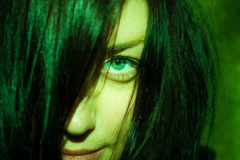 女人恐怖的眼睛特写
