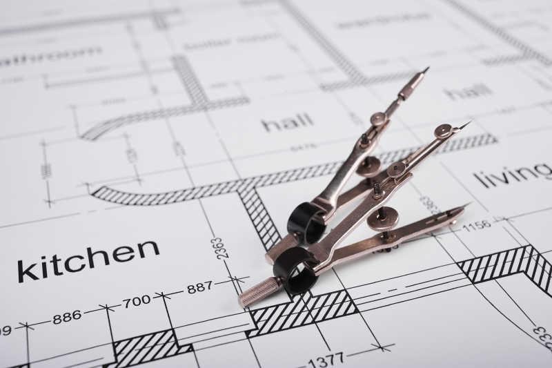 金属圆规和建筑平面图