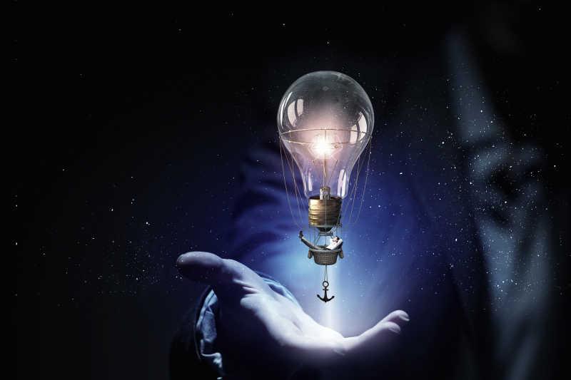 商人手中的灯泡