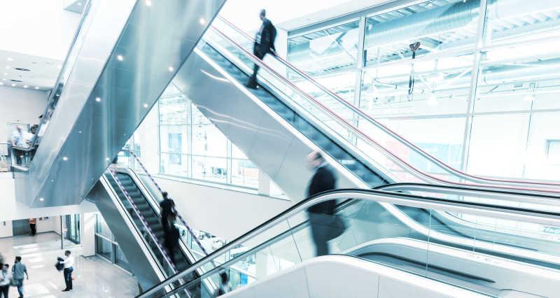 商场里的乘坐自动扶梯的顾客