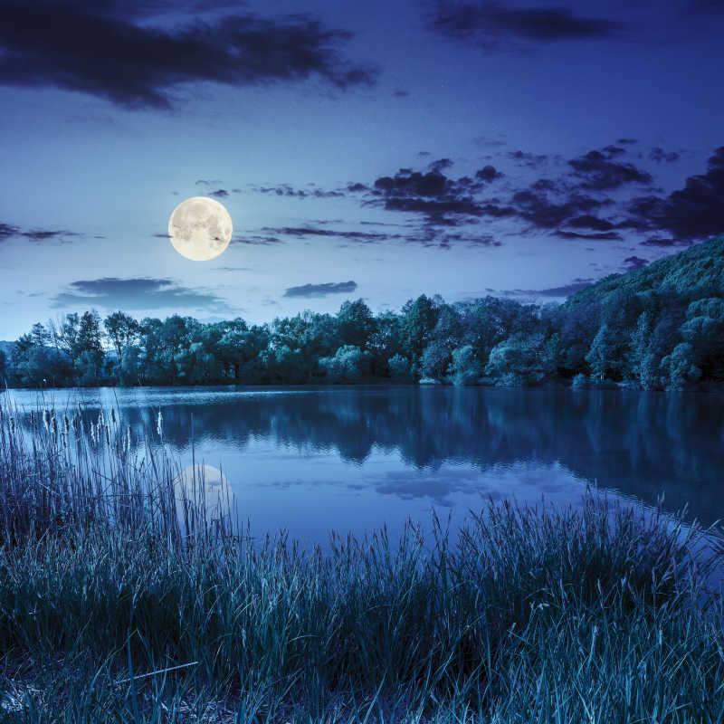 夜间天空与湖面