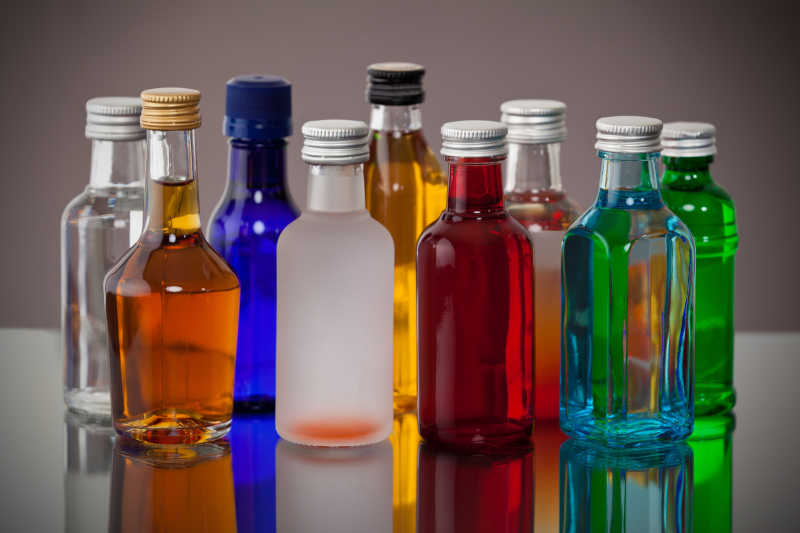 彩色小瓶子装着不同的酒