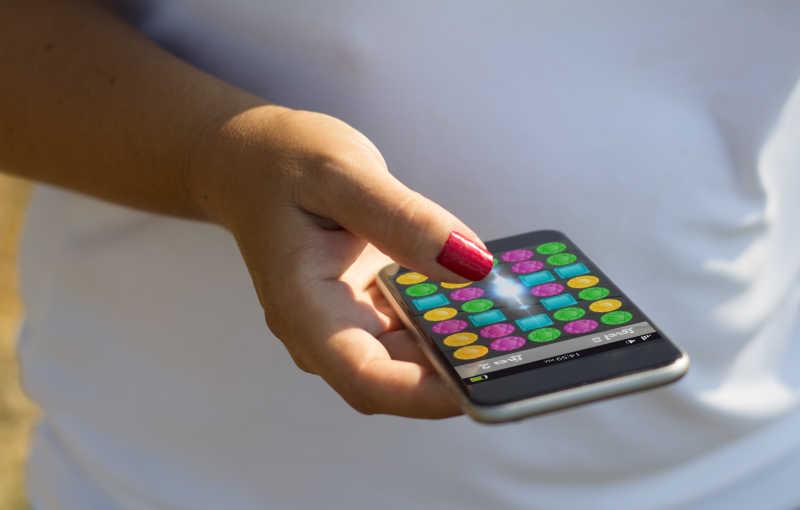 白人女子在玩手机游戏