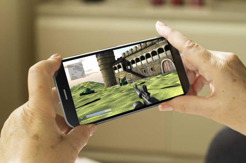 成熟女人手上玩着3D游戏的智能手机