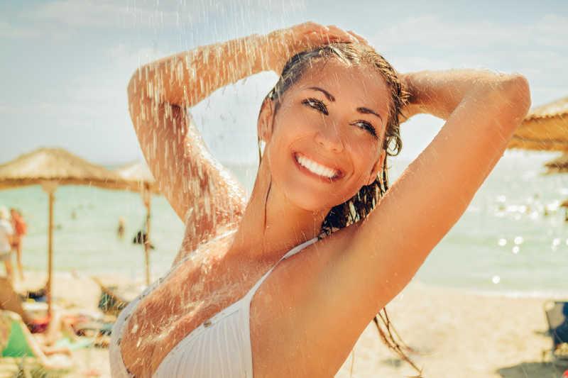 年轻漂亮的在海滩上度假放松的性感女人