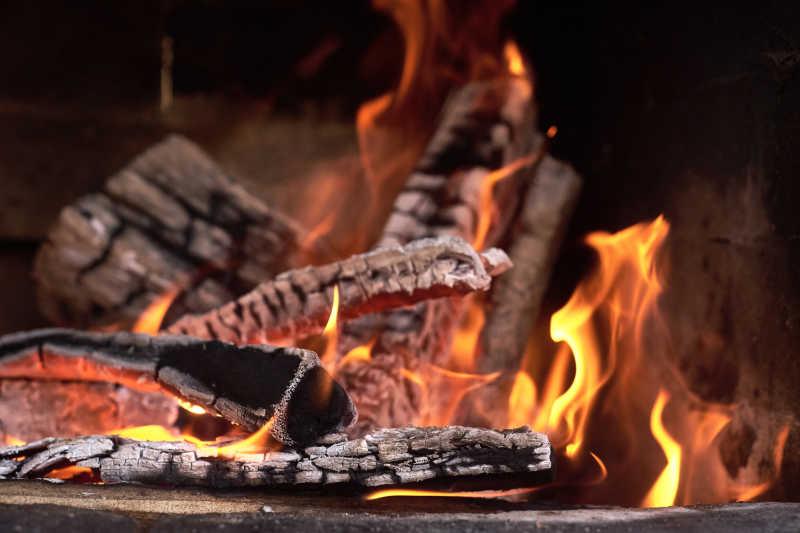 黑色木炭上正在燃烧的火焰