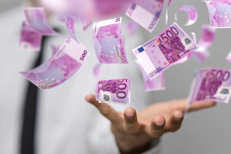 商人手中飘动的统一面值的欧元纸币