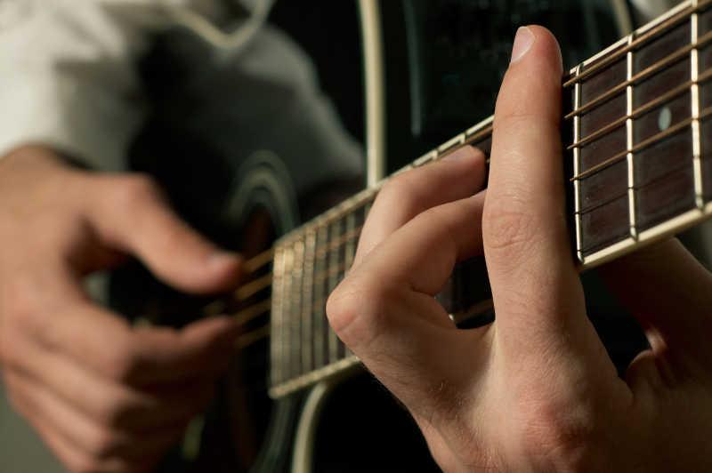 弹吉他的手指