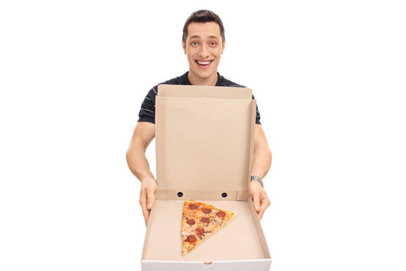 拿出一块披萨的男人
