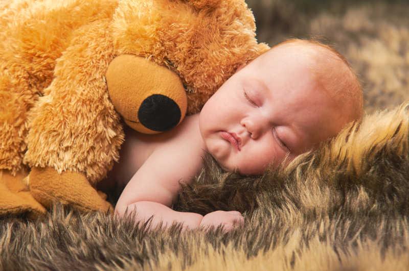 一起睡觉的小熊和宝宝