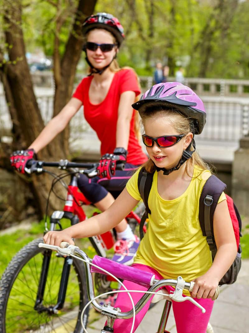 骑行旅游的两个女孩