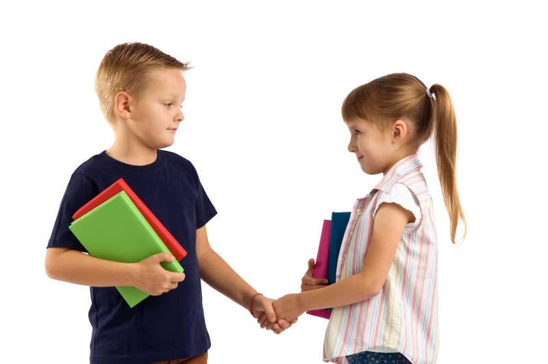 互相牵手问好的小学生