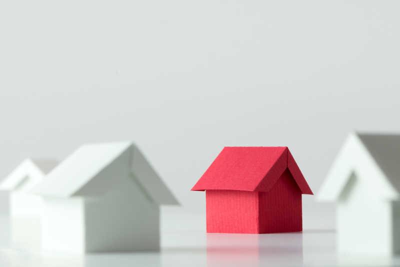 白房子中的红房子