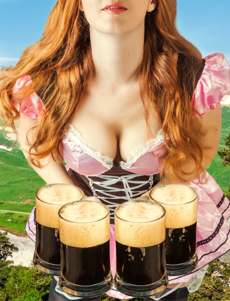 啤酒节年轻性感的女人和四个泡沫啤酒杯