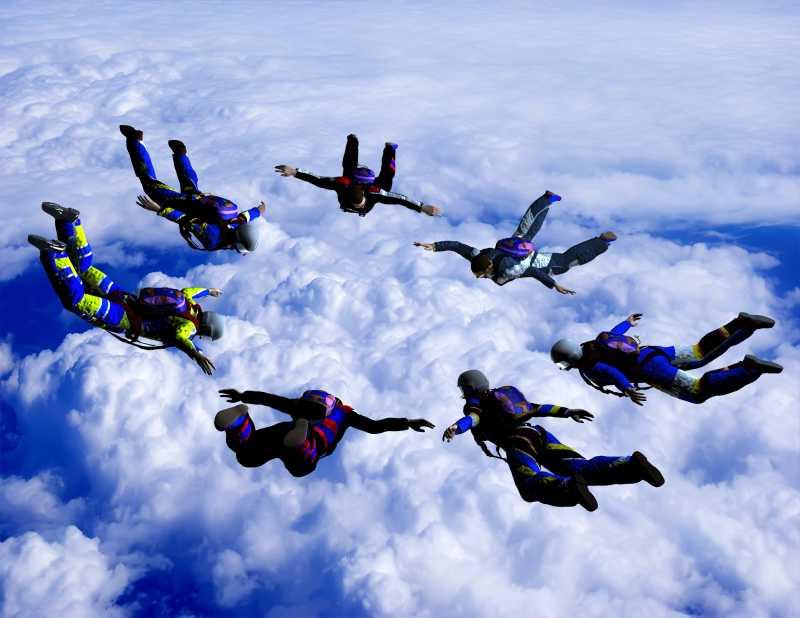 一群跳伞爱好者在一起聚集