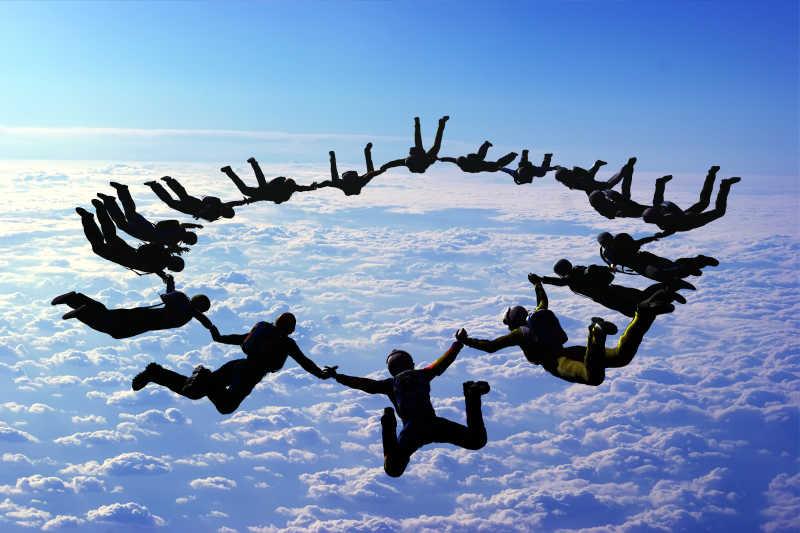 在天空中围城一个大圈的跳伞人员