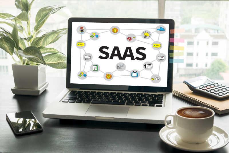 白色背景下笔记本屏幕上的SaaS创业理念