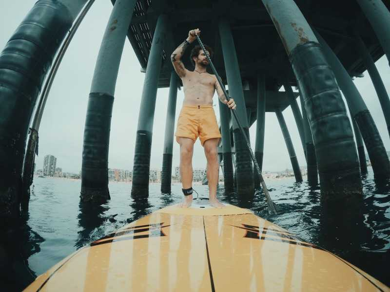 冲浪板划船的男人