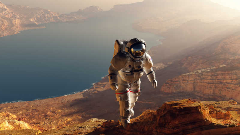 行走在高山上穿着宇航服的宇航员