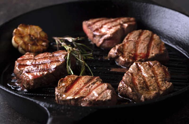 烤盆里的美味的烤牛肉