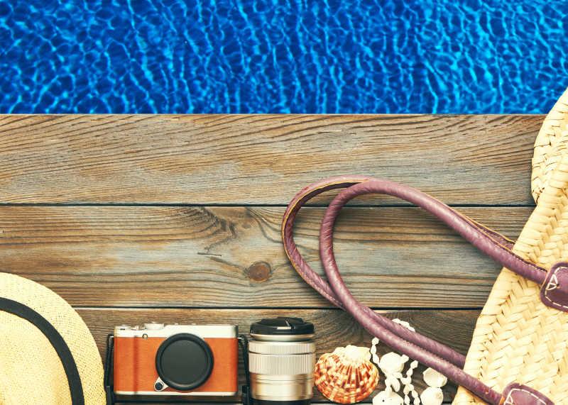 游泳池甲板上的旅行装备