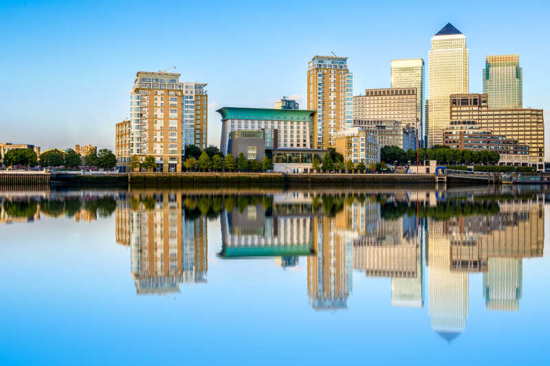 蓝天白云下的城市建筑