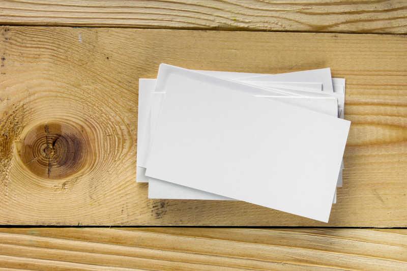 木桌上的名片