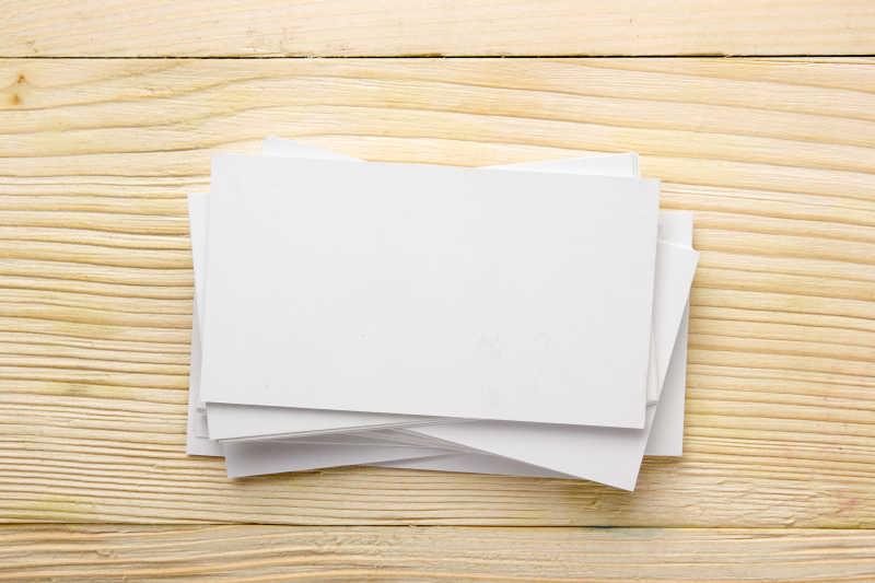 木桌上的空白名片