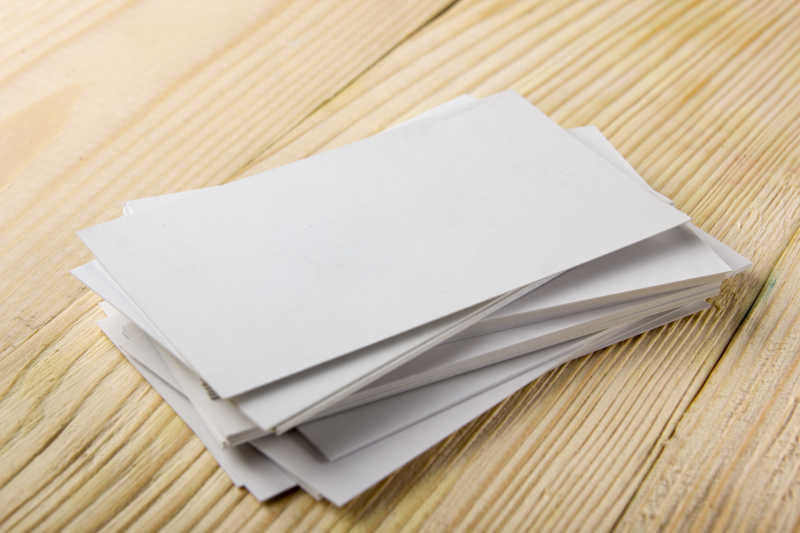 办公桌上的空白名片