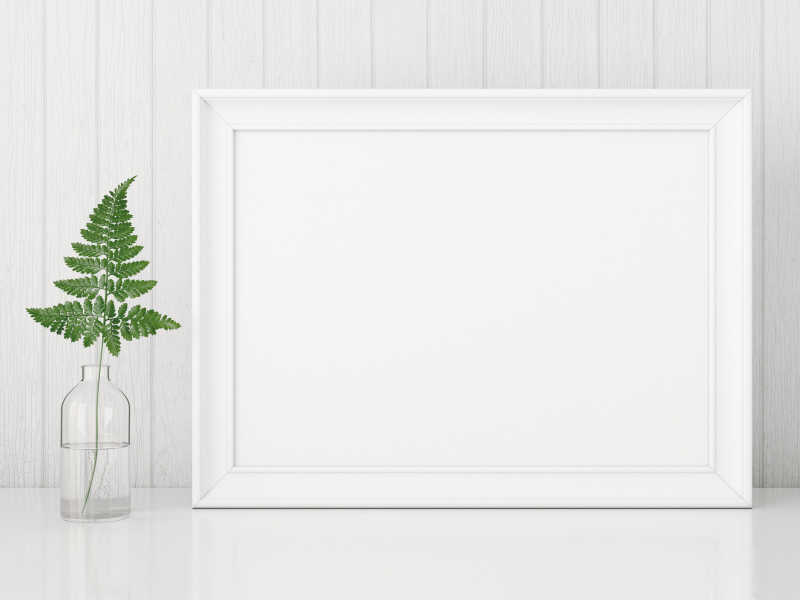 桌子上的白色的空白相框