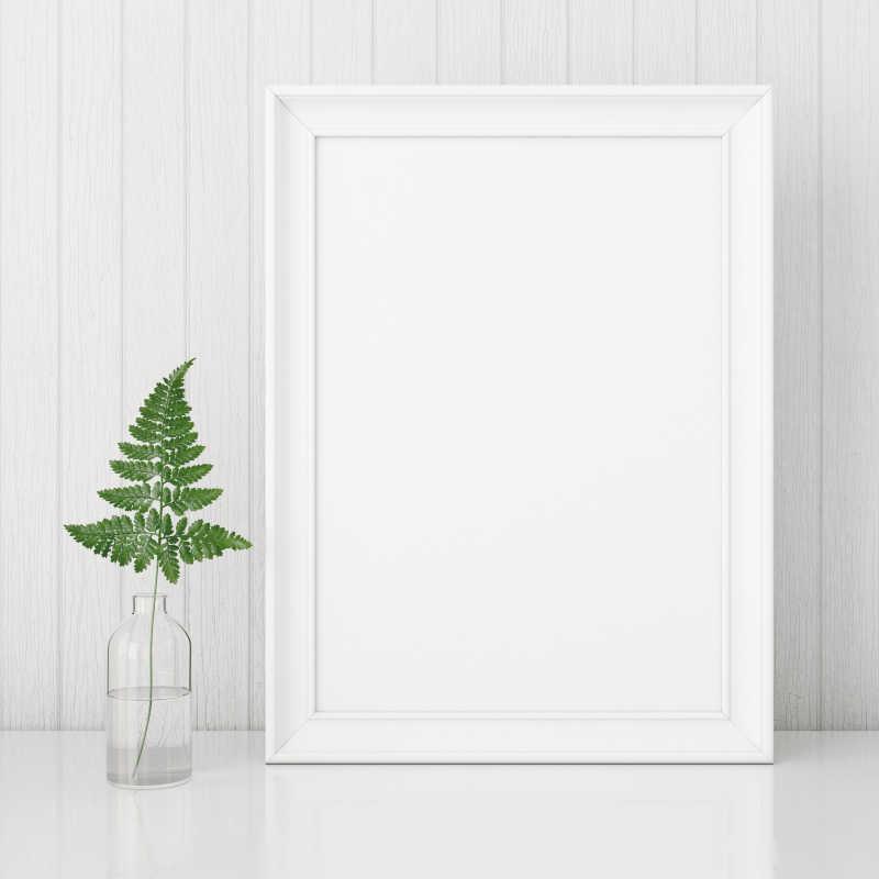 桌子上的空白的相框