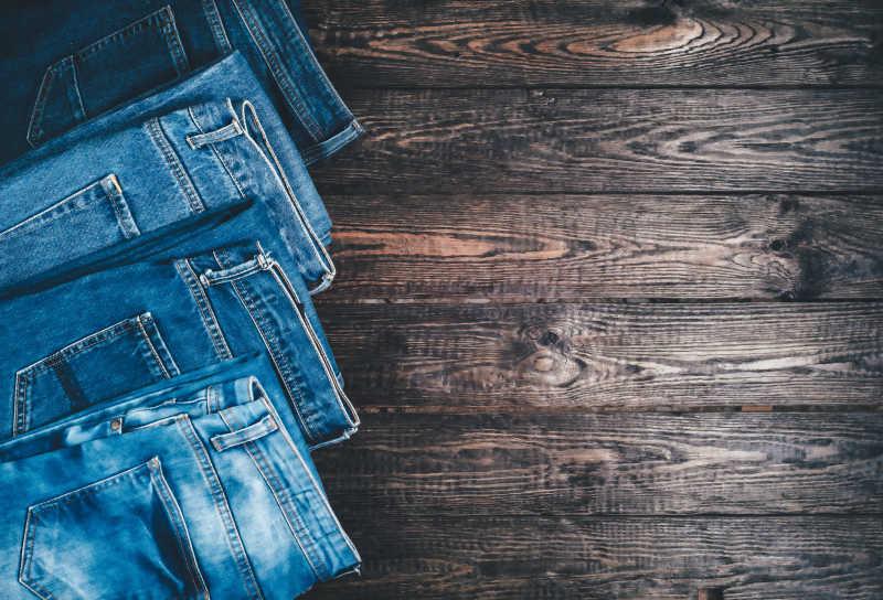 复古木板上的蓝色牛仔裤