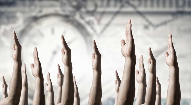 举手的人群