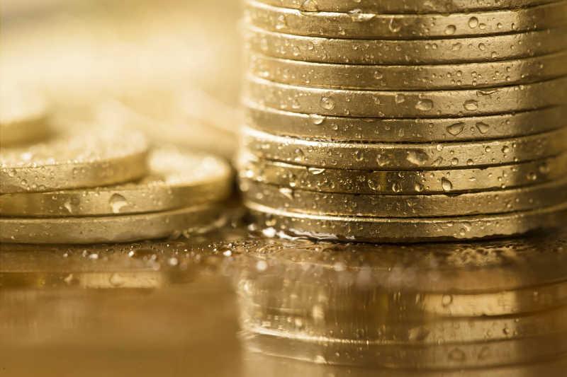 沾满了水滴的货币